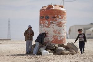 أطفال سوريون في مخيم الزعتري-الاردن يملؤون مياه للشرب من الخزانات الصورة ل - مصطفى محمود