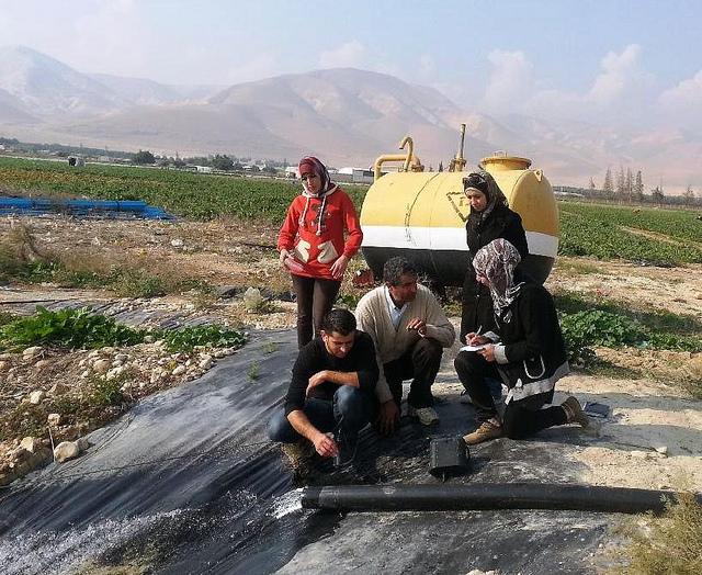 استاذ جامعي وطلابه اثناء عملية قياس درجة ملوحة المياه في الضفه الغربية Photo by Ali Jaber.
