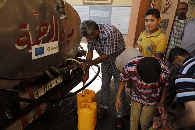الشريك الوروبي اوكسقام اثناء تقديم مساعادات انسانية لقطاع غزة لتحسين تزويد المياه وخدمات الصرف الصحي Photo credit: Iyad Al Baba/Oxfam