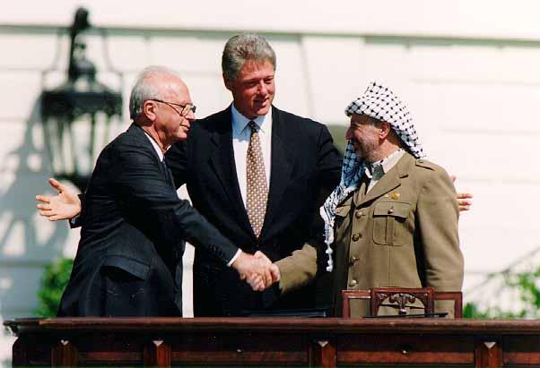 بيل كلينتون وياسر عرفات واسحاق رابين اثناء توقيع اتفاقية اوسلو عام ١٩٩٣ By Vince Musi / The White House