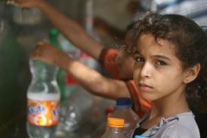water gaza special report children collecting water from public taps