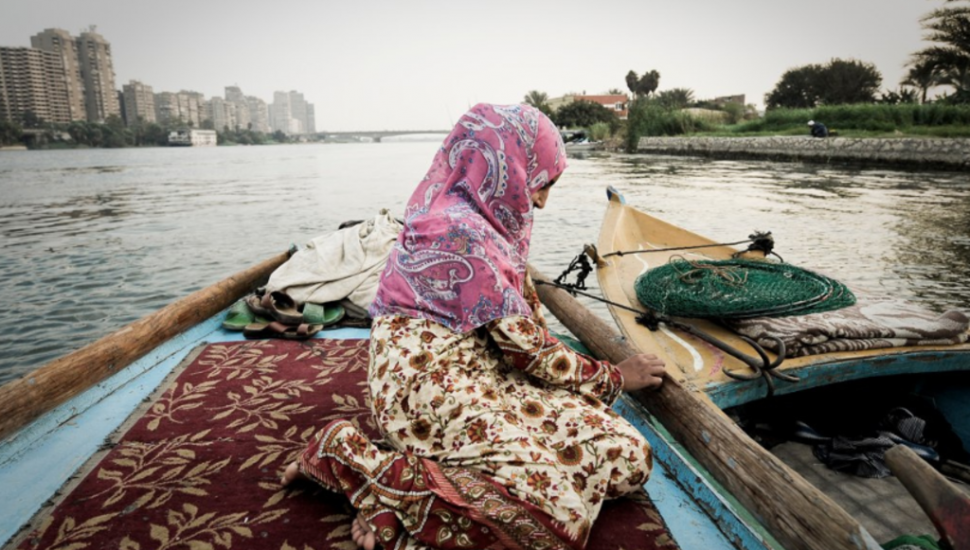 الصورة 1: الصيادة هناء، تجلس على متن قارب في نهر النيل. مصر، 23 أكتوبر 2009. (المصدر: Flicker, Ning, Zhang)